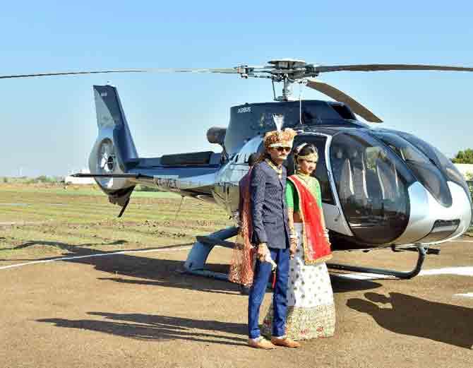 વરરાજા પોતાની દુલ્હનને લેવા હેલિકોપ્ટરમાં આવ્યા - Divya Bhaskar