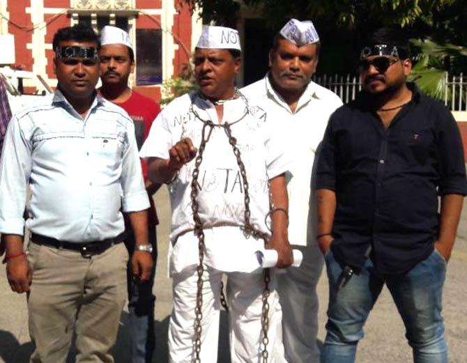વડોદરાના સામાજિક કાર્યકરે શરીરે જંજીર બાંધી નોટાનો પ્રચાર કર્યો - Divya Bhaskar