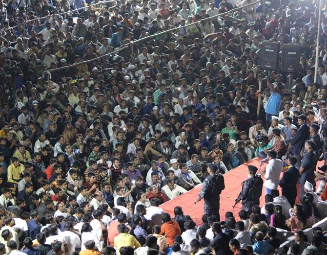 હાર્દિકે પરેશ રાવલને લાફાવાળી કરનાર કરણી સેનાના સભ્યોનું સન્માન કર્યું| - Divya Bhaskar