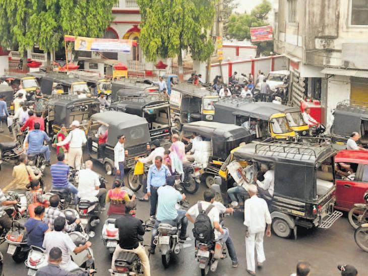 જૂનાગઢ શહેરમાં બેફામ દોડતી  રિક્ષાને લીધે ટ્રાફિકની સમસ્યા, વાહનો માટે જગ્યા નહીં|જુનાગઢ,Junagadh - Divya Bhaskar