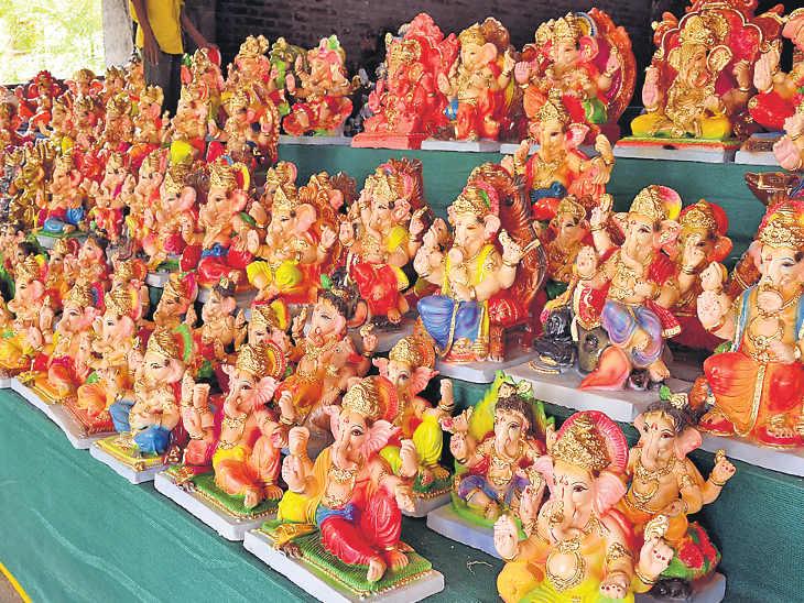 પીઅોપીની મૂર્તીઓ ખુલ્લેઆમ વેચાણ કરવામાં આવે છે - Divya Bhaskar