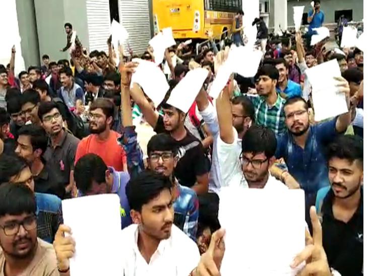 જૂનાગઢમાં મેડિકલ કોલેજના વિદ્યાર્થીઓ દરવાજાના પ્રશ્ને હડતાળ પર ઉતરી આવ્યા જુનાગઢ,Junagadh - Divya Bhaskar