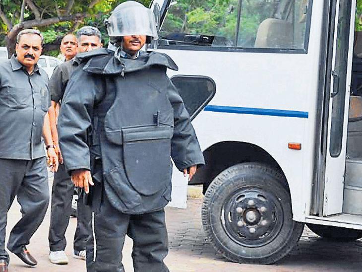 માનવબોમ્બથી રાજકોટ એરપોર્ટ ઉડાવે તે પૂર્વે જ બે આતંકવાદીને ઠાર મરાયા| - Divya Bhaskar