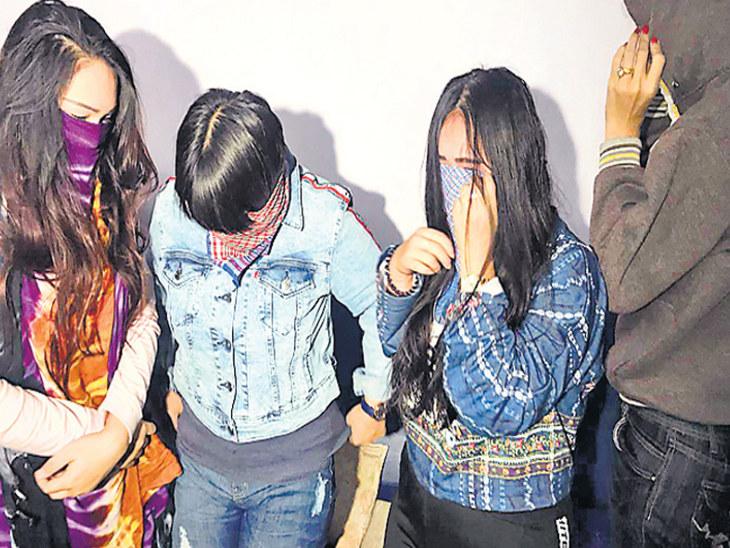 રાજકોટમાં સ્પામાં પોલીસના દરોડા, ત્રણ થાઇ યુવતી સહિત માલિકની અટકાયત| - Divya Bhaskar