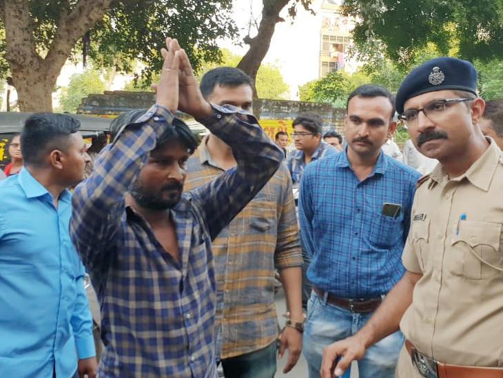 રાજકોટ પોલીસે ઘટનાનું કરાવ્યું રિકન્સ્ટ્રક્શન, બાળકને ડૂમો દઇ પતાવી દીધો, લાશ ભરેલો કોથળો બાઇક પર રાખ્યો, અંતે લાશ ફેંકી દીધી| - Divya Bhaskar