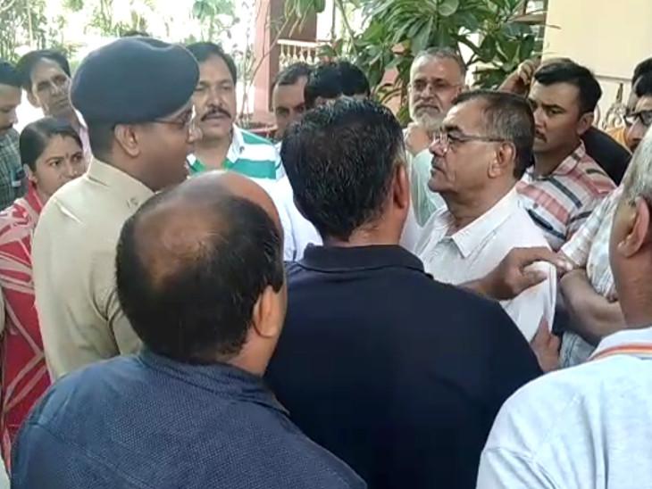 રાજકોટ કોંગ્રેસના કાર્યકરની પોલીસ અગાઉ ધરપકડ કરશે તો હાઇકોર્ટમાં જશે, પોલીસ-કોંગ્રેસ વચ્ચે ઉગ્ર બોલાચાલી|ઈન્ડિયા,National - Divya Bhaskar