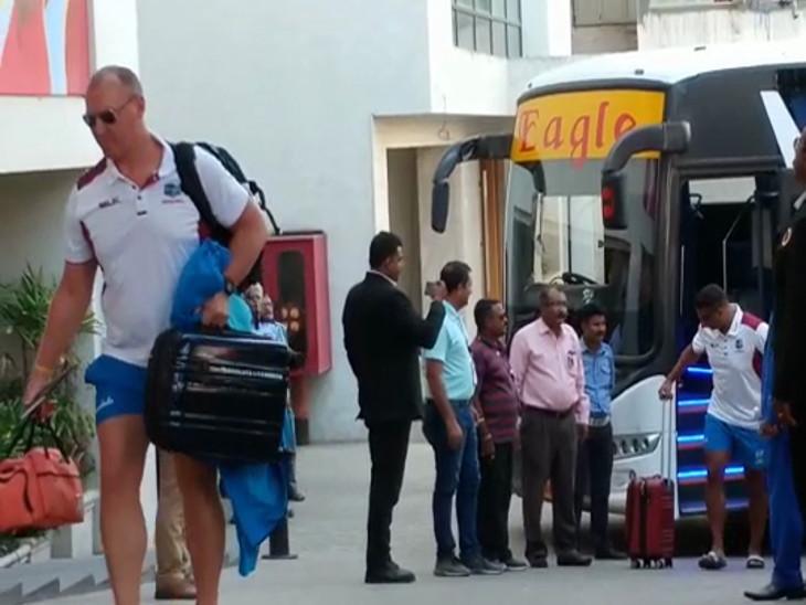વડોદરાથી રોડ માર્ગે વેસ્ટ ઇન્ડિઝની ટીમ આવી પહોંચી રાજકોટ, ચાહકો જોવા ઉમટ્યા  - Divya Bhaskar