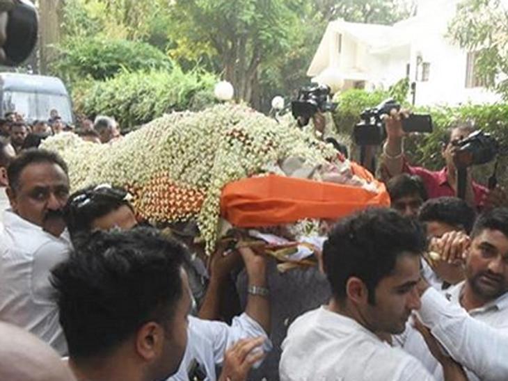ક્રિષ્ના રાજ કપૂરના ઈલેક્ટ્રિક સ્મશાનમાં અંતિમ સંસ્કાર, રડતી આંખે કપૂર પરિવારે આપી અંતિમ વિદાય| - Divya Bhaskar