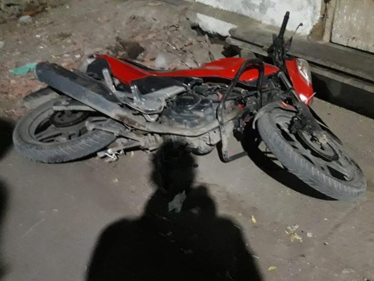 વાહનોમાં કરાઇ તોડફોડ - Divya Bhaskar