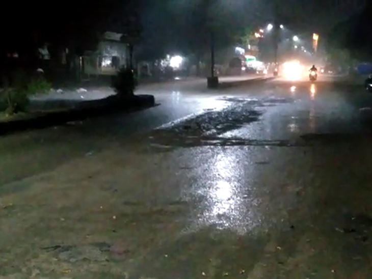 અમરેલીમાં પવન અને વીજળીના કડાકા સાથે વરસાદ, રાજકોટ સ્ટેટ હાઈ-વે બંધ|અમરેલી,Amreli - Divya Bhaskar