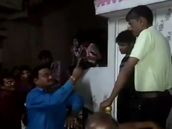 તાલુકા પંચાયતના એક સભ્યએ ટોળા સાથે પરપ્રાંતિયના ઘરે જઈને વિનંતી સાથે ધમકી આપી - Divya Bhaskar