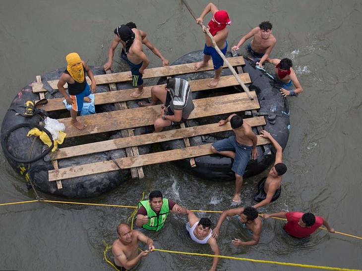ટ્રમ્પની ધમકીની ઐસી-તૈસી: જોખમી નદી પાર કરી 2,000 માઇગ્રન્ટ્સ યુએસ તરફ આગળ વધ્યા  - Divya Bhaskar