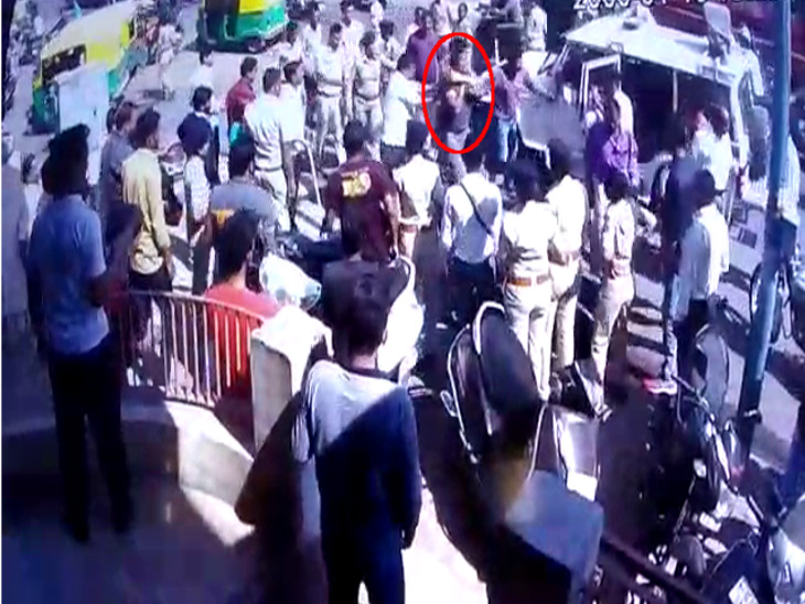 અમદાવાદ: પોલીસના ટોળાએ બાઈક ચાલકને જાહેરમાં માર્યો ઢોર માર, ઘટના CCTVમાં કેદ|ઈન્ડિયા,National - Divya Bhaskar