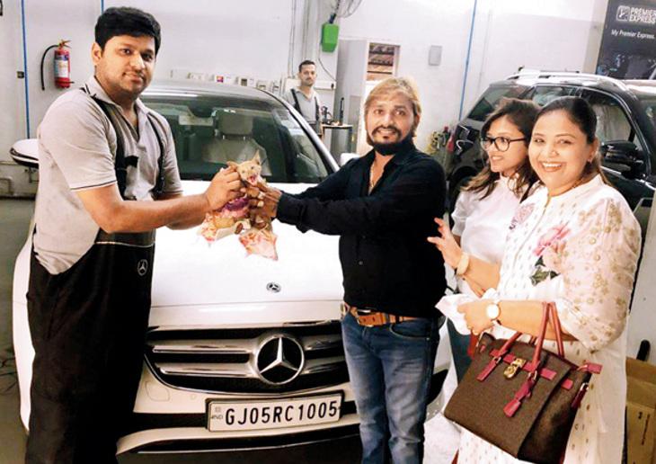 મુંબઈ: બિલાડીને બચાવવા સુરતના એક બિઝનેસમેને દાવ પર લગાવી મર્સિડિઝ કાર મુંબઇ,Mumbai - Divya Bhaskar