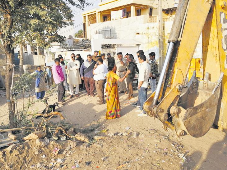 ભુજમાં પાલિકાએ પોલીસને સાથે રાખી હજારો દબાણમાંથી ફક્ત વિધવાનું મકાન તોડ્યું  - Divya Bhaskar