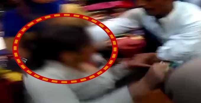 કોઈએ મહિલાનાં ખેંચ્યા વાળ તો કોઈએ ફાડ્યાં કપડાં, ચોરીનાં આરોપસર મહિલા સાથે કરાઈ મારપીટ|ઈન્ડિયા,National - Divya Bhaskar
