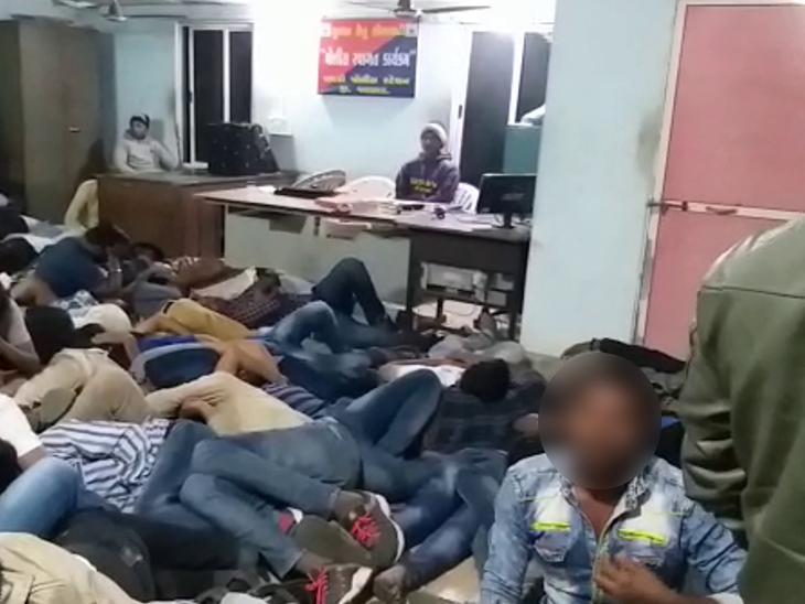 વલસાડ જીલ્લામાં અંદાજે 600 લોકો પીધેલી હાલતમાં ઝડપાયા,જેલમાં લોકોને રાખવાની જગ્યા ઓછી પડી|વલસાડ,Valsad - Divya Bhaskar