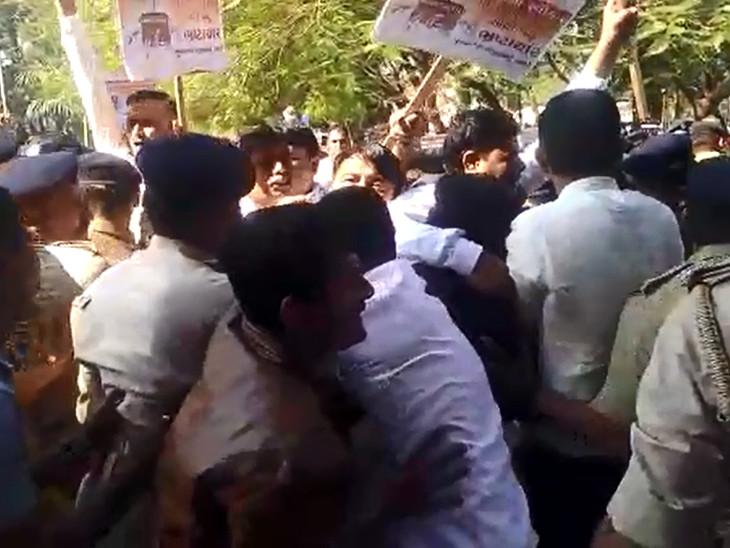 ભરૂચમાં કોંગ્રેસના કાર્યકરો અને પોલીસ વચ્ચે ઘર્ષણ, CMના રાજીનામાની માંગ કરી  - Divya Bhaskar