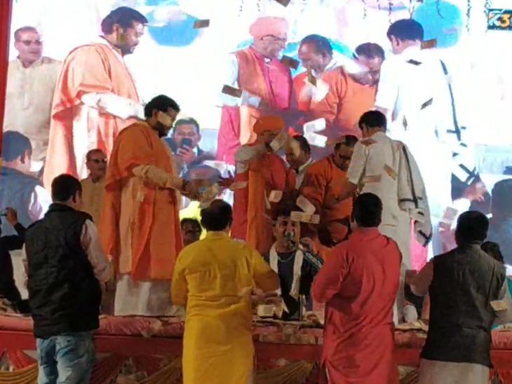 કિર્તીદાને ભજનની રમઝટ બોલાવી, યુવા નેતા ઋત્વિજ પટેલે રૂપિયાનો વરસાદ કર્યો|ભાવનગર,Bhavnagar - Divya Bhaskar