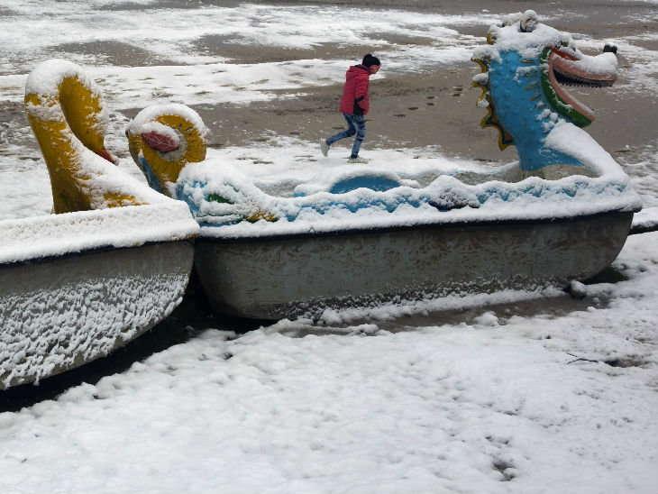 હિમવર્ષાએ નાવને પણ બરફથી ઢાંકી દીધી - Divya Bhaskar