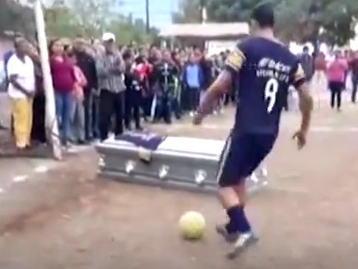 ફૂટબોલના ખેલાડીએ મોત બાદ પણ Goal કર્યો, મિત્રોએ મેદાનમાં કોફિન રાખી આપી અંતિમ વિદાય ઈન્ડિયા,National - Divya Bhaskar