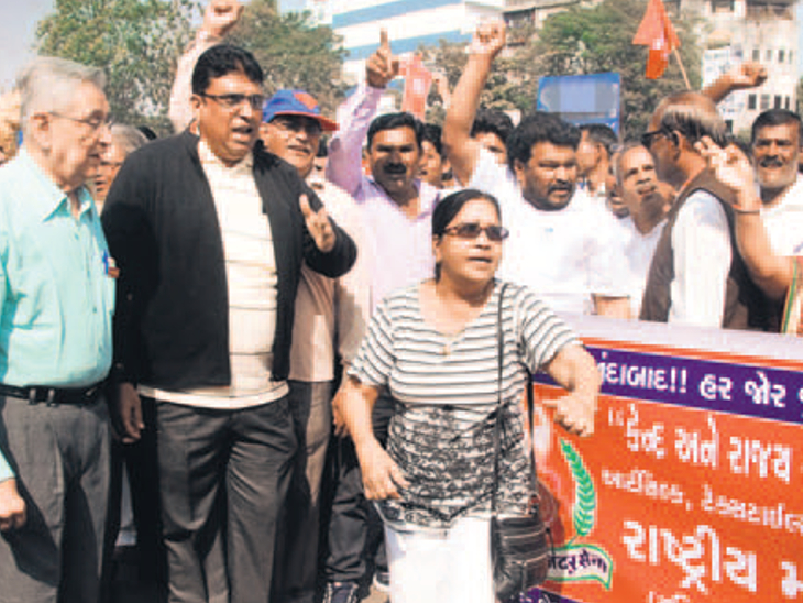 સુરતમાં બેંકોની હડતાળના કારણે છેલ્લા બે દિવસમાં એક હજાર કરોડથી વધુનું ટ્રાન્ઝેક્શન ખોરવાયું|સુરત,Surat - Divya Bhaskar