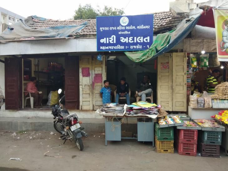 વાઈબ્રન્ટ ગુજરાતનું 'નવું' મોડલઃ રાજકોટમાં નારી કોર્ટમાં પતંગ સ્ટોર અને પોશીનામાં વાંસ પર રાઉટર  - Divya Bhaskar
