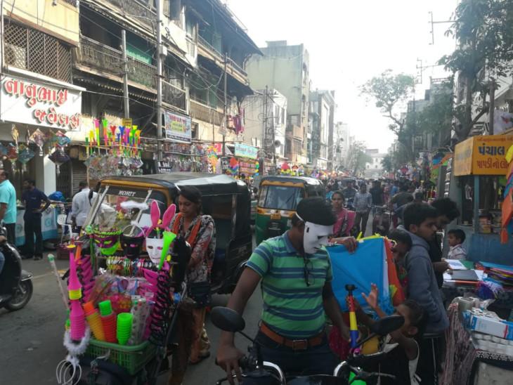 વડોદરાના ચાર દરવાજા વિસ્તારમાં આવેલા પતંગ બજારમાં ફાયર સેફ્ટીનો અભાવ જોવા મળે છે - Divya Bhaskar
