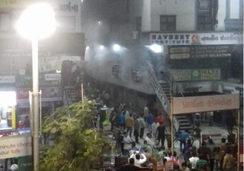 અમદાવાદના બાપુનગરના પ્રાર્થના કોમ્પલેક્ષમાં આગ,લોકોના ટોળેટોળા ઉમટા| - Divya Bhaskar