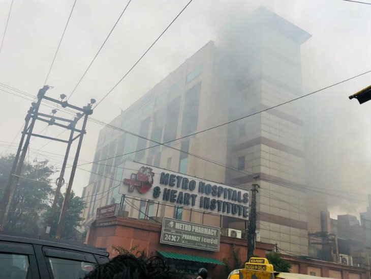 સેકટર 12 સ્થિત મેટ્રો હોસ્પિટલમાં આગ લાગી, કાચના શીશા તોડીને દર્દીઓને બહાર કઢાયા ઈન્ડિયા,National - Divya Bhaskar
