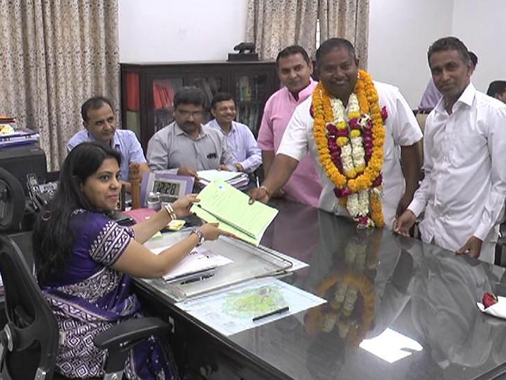 વડોદરા બેઠક પર BSPના મધુસુદન રોહિતે ઉમેદવારી ફોર્મ ભર્યું  - Divya Bhaskar