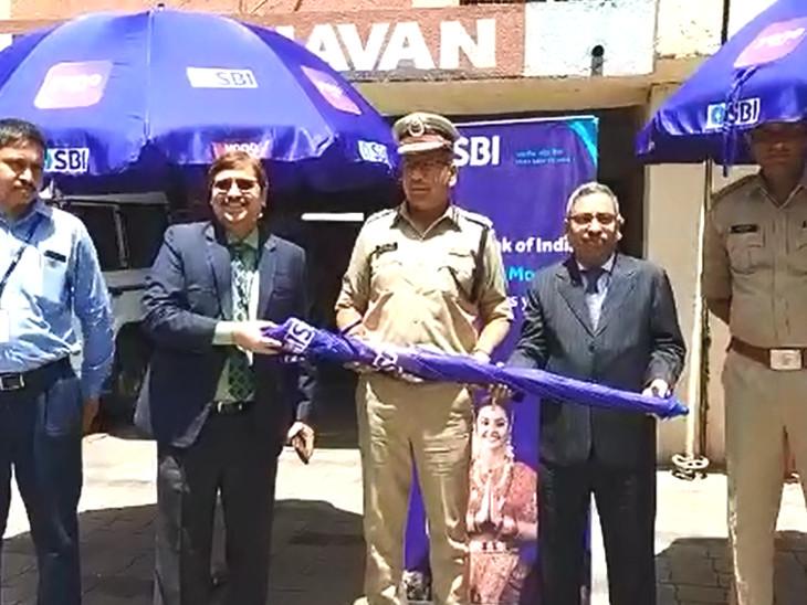 એસબીઆઇ દ્વારા ગરમીમાં ખડેપગે ફરજ બજાવતા ટ્રાફિક બ્રિગેડના જવાનોને 100 છત્રીઓ અપાઇ| - Divya Bhaskar
