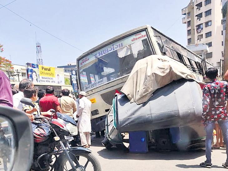 નવસારી ડેપોમાં ડ્રાઇવર વિનાની બસે રિક્ષાને કચડી નાખી, CCTV|નવસારી,Navsari - Divya Bhaskar