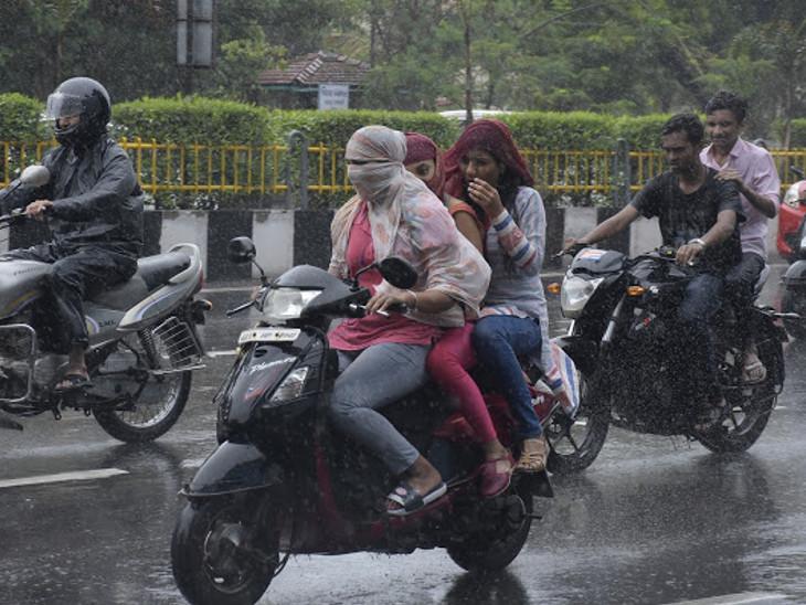 શહેરમાં વરસાદી માહોલને માણવા યુવકો રસ્તા પર નીકળી પડ્યાં હતાં. - Divya Bhaskar