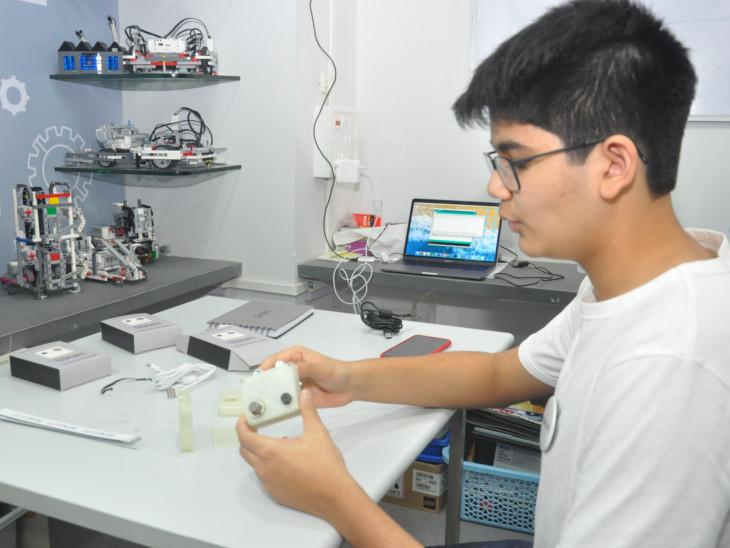 મુંબઈમાં અભ્યાસ કરતાં શિવે આગ સામે સેનસેફ ડીવાઇસ બનાવ્યું છે. - Divya Bhaskar