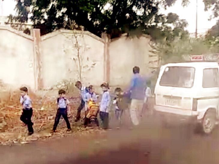 મોરબી-રાજકોટ હાઇવે પર સ્કૂલવાન સળગી, 10 વિદ્યાર્થીઓનો આબાદ બચાવ| - Divya Bhaskar