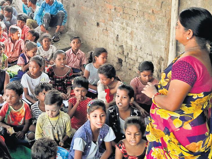 ગોધરામાં સરકારી શાળા બંધ થતાં બાળકોએ ટ્રાફિકથી ધમધમતા રસ્તાની બાજુમાં તંબૂમાં બેસીને શિક્ષણ લીધું| - Divya Bhaskar