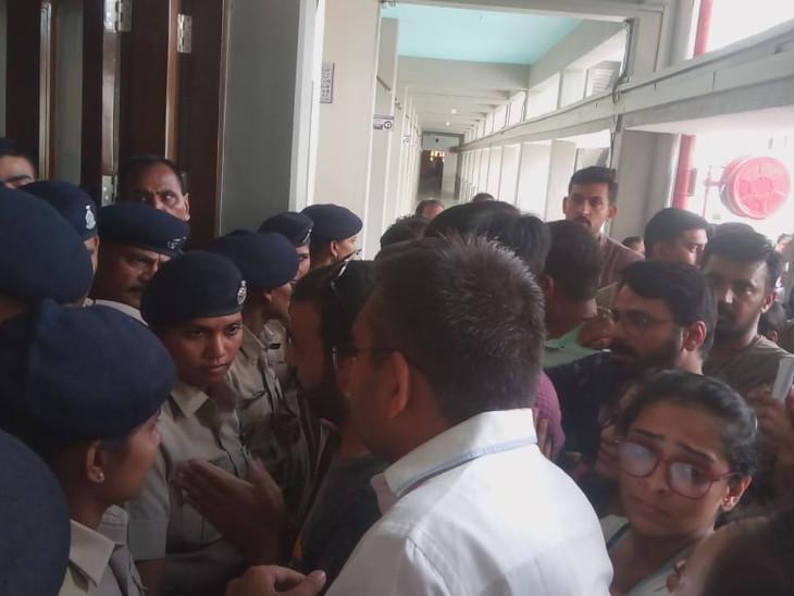 પોલીસ અને વાલીઓ વચ્ચે ઘક્કામુક્કી થઈ હતી. - Divya Bhaskar