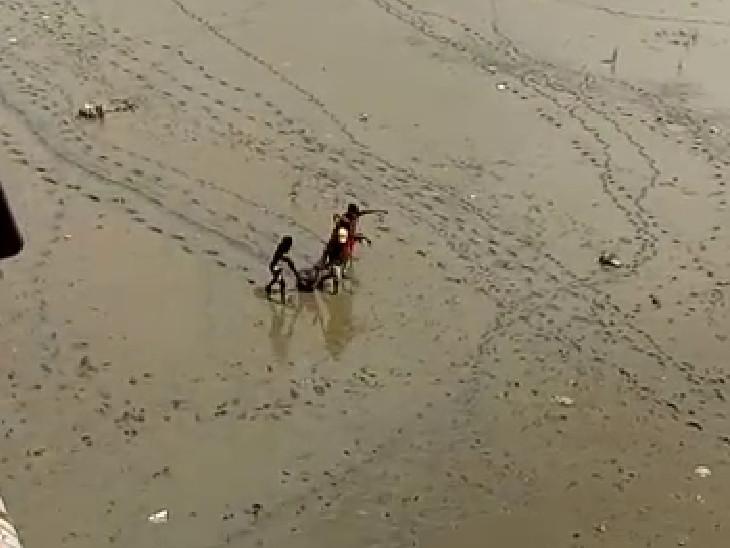 બેકારી કંટાળી યુવકે તાપી નદીમાં પડતું મૂક્યું, કાદવમાં ફસાઈ જતા સ્થાનિકોએ બહાર કાઢ્યો સુરત,Surat - Divya Bhaskar