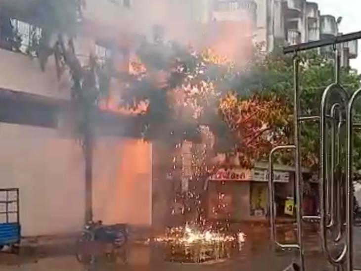 પુણા ગામમાં ડીજીવીસીએલના થાંભલામાં આગ લાગતાં ડરનો માહોલ|સુરત,Surat - Divya Bhaskar