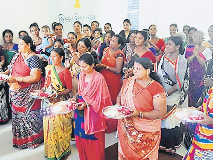 નર્મદાના પાણી સૌરાષ્ટ્ર અને ઉત્તર ગુજરાત લઈ જવામાં ત્યાંના નેતાઓ સફળ રહ્યાં હોવાથી સ્થાનિક નેતા સામે વિરોધ કરવા કલેકટર કચેરીમાં આરતી ઉતારી હતી - Divya Bhaskar