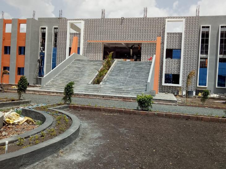 જસદણ નજીક આવેલી સ્કૂલ - Divya Bhaskar