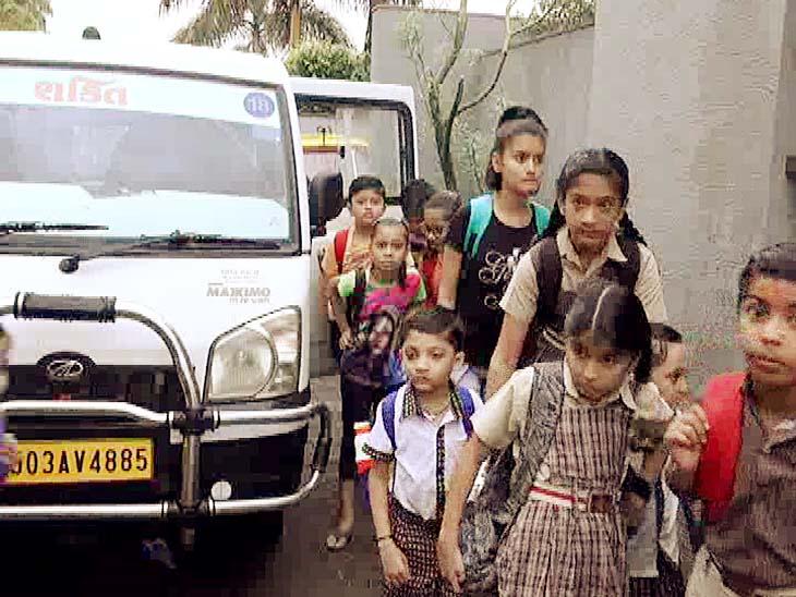 રાજકોટમાં સ્કૂલ વાનમાંથી 12થી 20 વિદ્યાર્થીઓ ઉતરતા નજરે પડ્યા - Divya Bhaskar