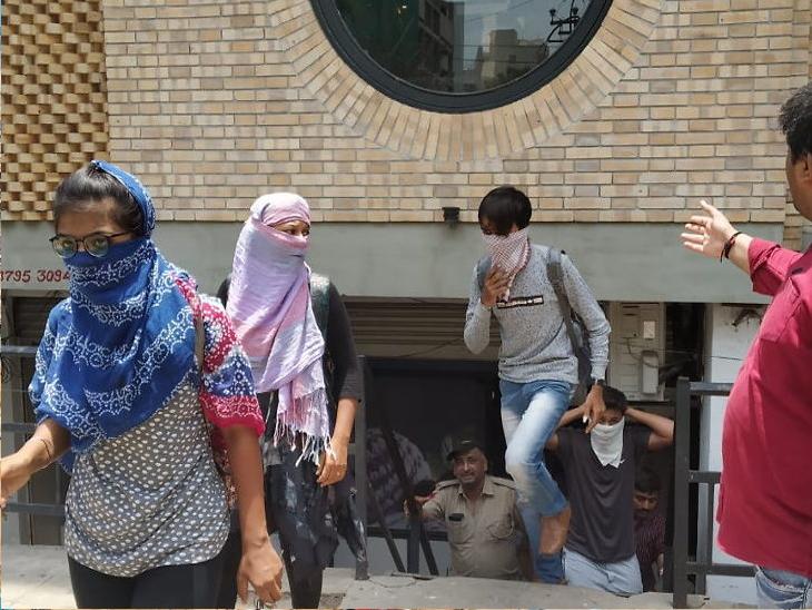 આઈસક્રીમ પાર્લરની આડમાં ચાલતું કપલ પાર્લર, સ્કૂલના 17 યુવક-યુવતીઓ એકાંત માણતા ઝડપાયા  - Divya Bhaskar