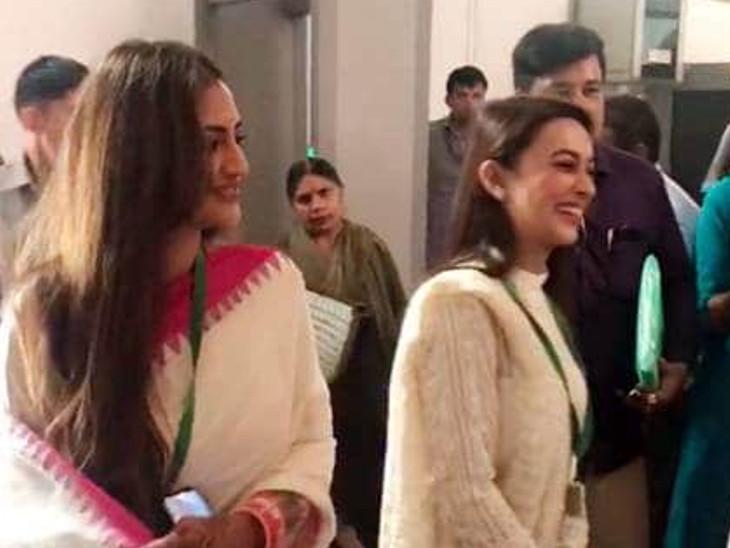 માથા પર સિંદૂર, હાથમાં મહેંદી લગાવીને સંસદમાં શપથ લેવા પહોંચી નુસરત જહાં|ઈન્ડિયા,National - Divya Bhaskar