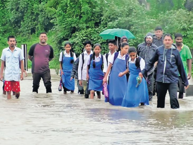 ઘોડાખાડીનો પુલ આ વર્ષે પણ ચોમાસામાં ગરક થયો, ફરી સેંકડો વિદ્યાર્થીઓએ જીવના જોખમે પસાર થવું પડ્યું સુરત,Surat - Divya Bhaskar