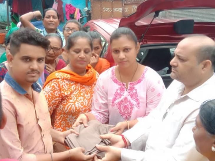 મુંબઇના ખાર ગારમેન્ટ એસોસિએશને વડોદરાના પૂર પીડિતો માટે 9 જોડી કપડાં મોકલ્યા|ઈન્ડિયા,National - Divya Bhaskar