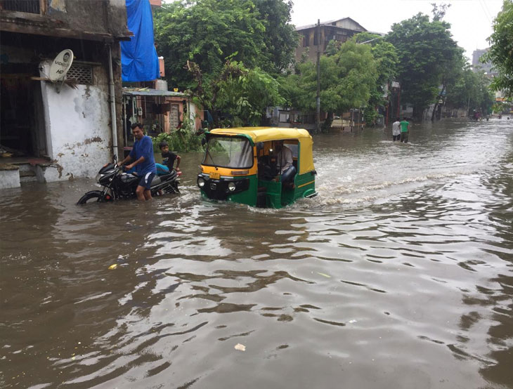 મધ્ય, સૌરાષ્ટ્ર અને દક્ષિણ ગુજરાત પાણીમાં, વડોદરા પર પૂરનો ખતરો, રસ્તાઓ નદીઓમાં ફેરવાયા  - Divya Bhaskar