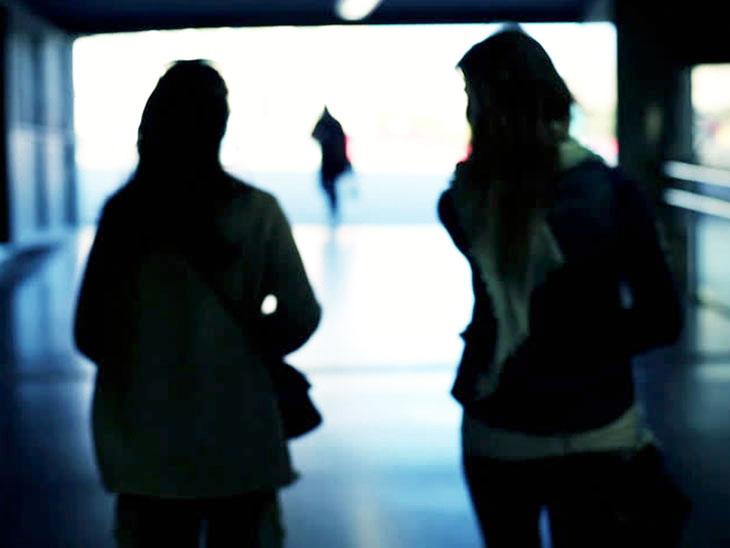 અમદાવાદના એક મહિલા PI 12 વર્ષથી સ્ત્રી મિત્ર સાથે રહે છે, વડોદરા રેલવે સ્ટેશને બંનેની મુલાકાત થઈ હતી| - Divya Bhaskar