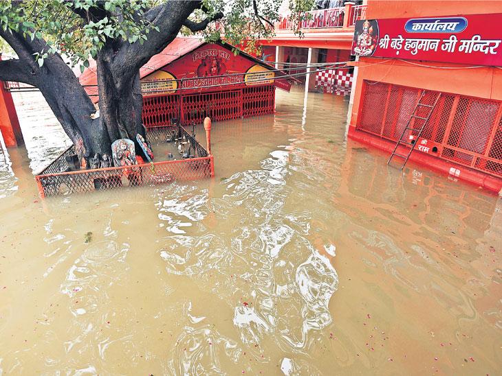 તસવીર પ્રયાગરાજના બડે હનુમાન મંદિરની છે. ગંગામાં પાણીનું સ્તર વધવાથી મંદિર ડુબી ગયું છે. - Divya Bhaskar
